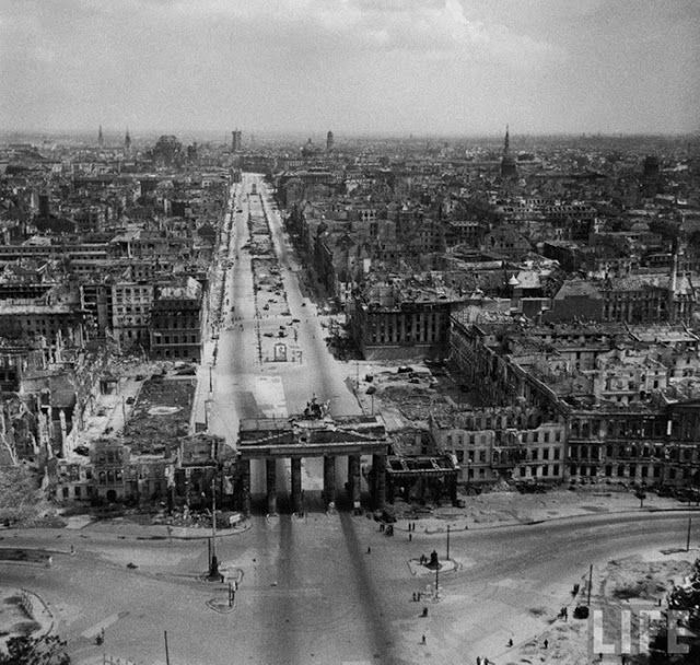 1945 Brandenburger Tor mit Unter den Linden