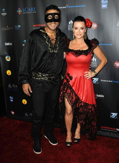 Pin for Later Celebrity Couples Halloween Costumes Mauricio Umansky and Kyle Richards as Zorro and Elena  sc 1 st  Pinterest & Pin by Noémie Aernout on deguisement | Pinterest | Halloween ...