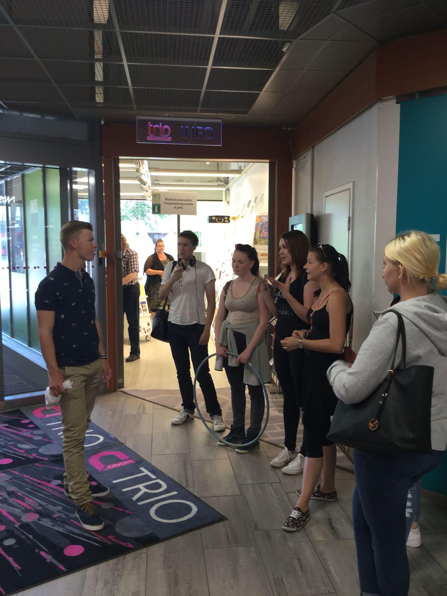 Mietitään tietokilpailukysymyksiä Lahdesta Lahti Regionin Infopisteen edessä Trion kauppakeskuksessa