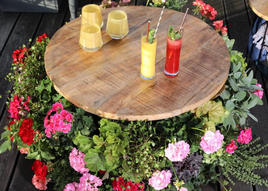 Stol Z Pelargoniami Na Balkon I Taras Diy Zielony Ogrodek Pallet Table Decor Table