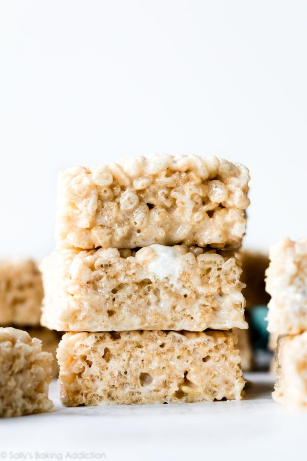Extra buttery and gooey marshmallow rice krispie treats! Add a little vanilla extract for unbeatable flavor and don't pack the mixture into the baking pan. Our favorite crispy rice treat recipe on sallysbakingaddiction.com #ricekrispiestreats