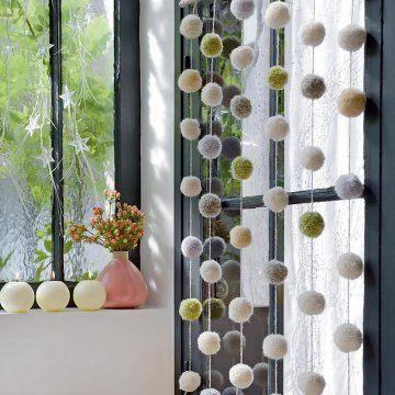 fabriquer des guirlandes de pompons pom poms craft and decoration. Black Bedroom Furniture Sets. Home Design Ideas