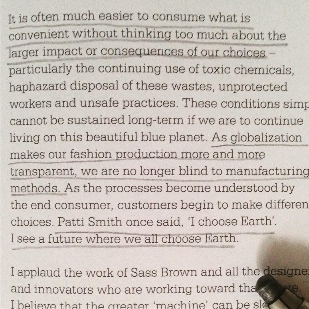 Trecho do prólogo do livro Refashioned, o mais recente livro da Sass Brown @ecofashiontalk sobre #upcycling ♻️ Recomendamos!