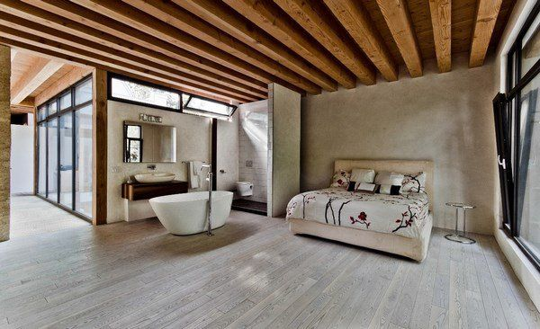 Warmes Schlafzimmer · Offenes Konzept · Badewanne Dekoration · Modern  Bedroom Design Light Gray Wood Flooring Beige Wall Color Ceiling Beams