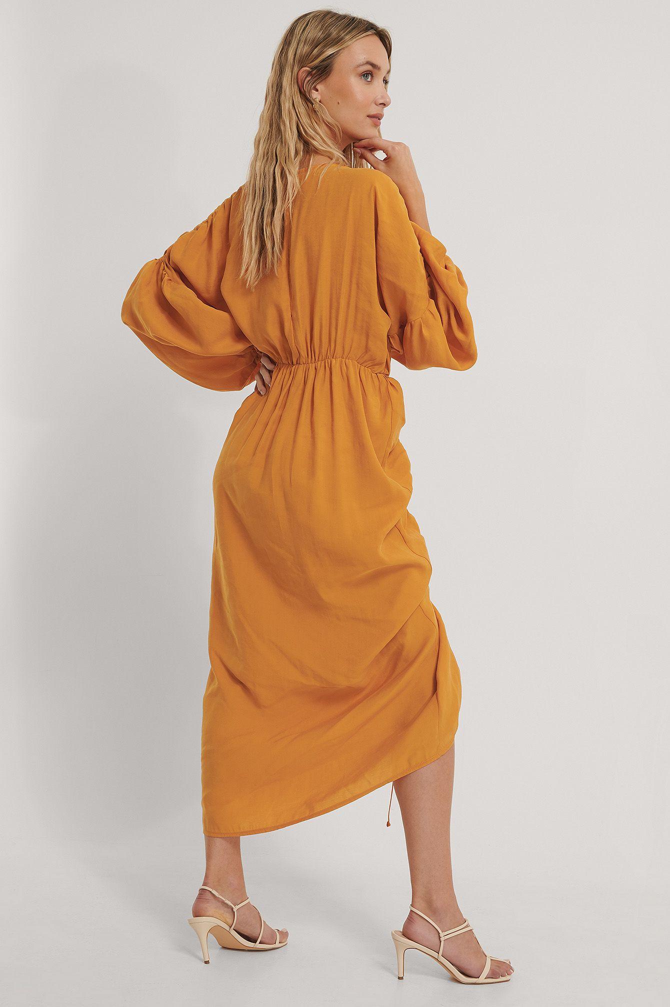 Dieses Kleid hat einen Rundhalsausschnitt, Ballonärmel, ein drapiertes Design mit einem Schlitz-Detail, einem elastischen Bund, elastischen Manschetten und einem weichen Material, einen einstellbaren Kordelzug und einen verborgenen Reiß- und Hakenverschluss auf der Rückseite. Sei bereit, Aufmerksamkeit zu erregen!.