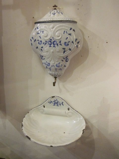 French porcelain vitrine in excellent condition at Market central