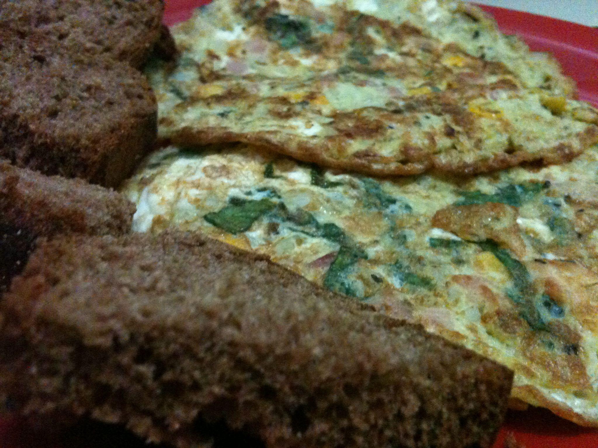 Omelete de espinafre, bacon & pão australiano.