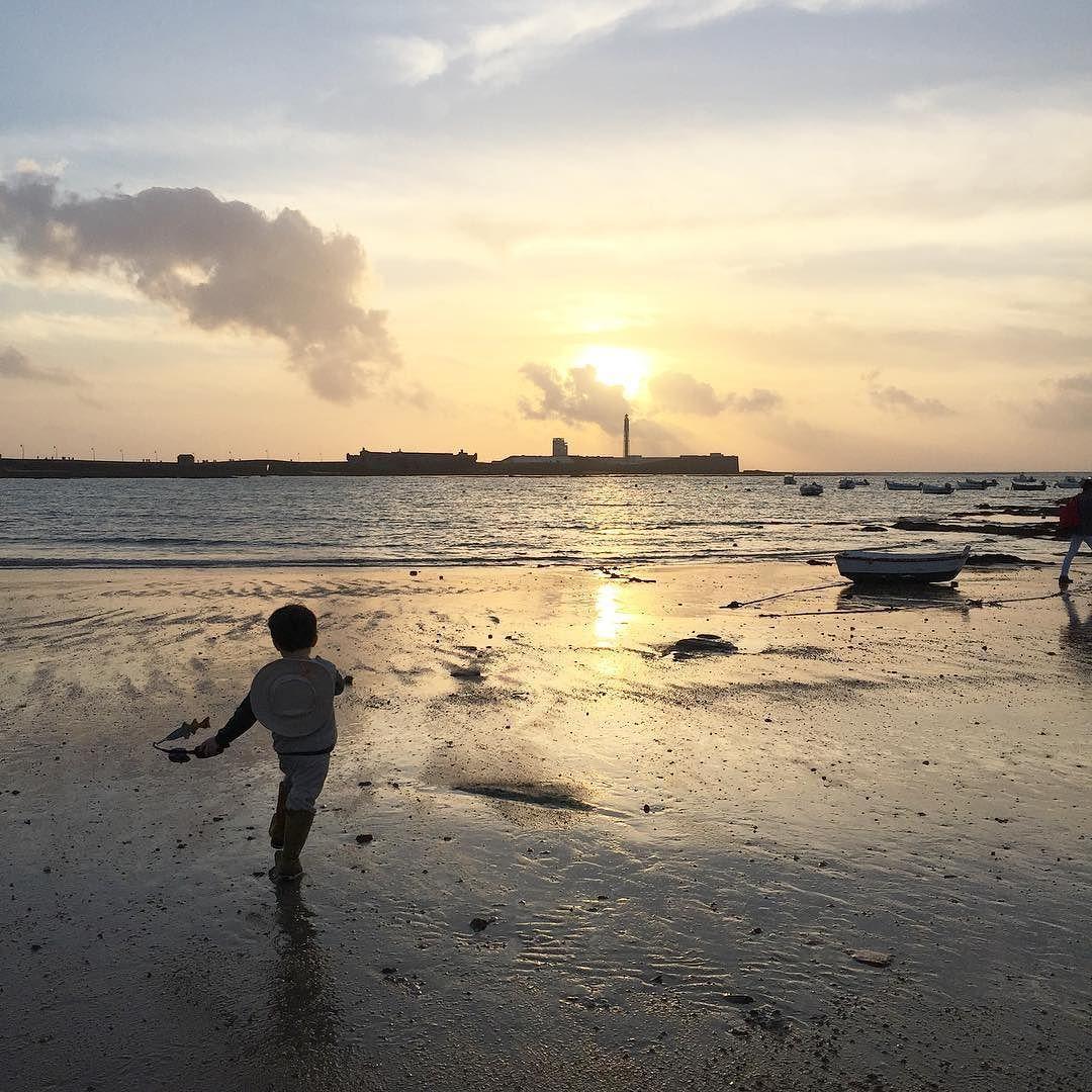 Nuestro Martín Pescador se ha metido tanto en el papel que nos ha llevado hasta la misma playa. Una bajamar espectacular y un atardecer  by teresalunares