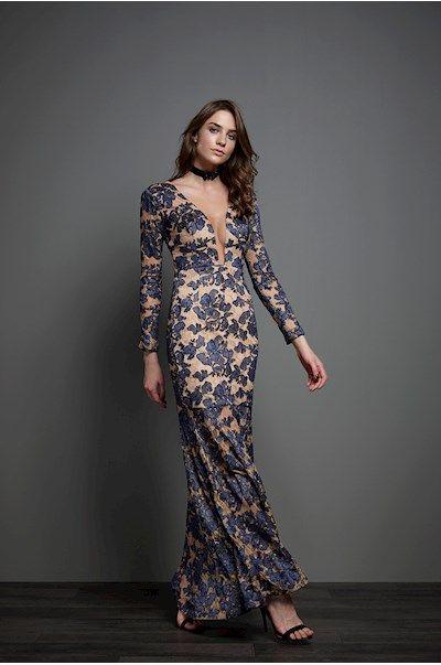 42bbdeeb7 Iorane - Vestido longo em renda azul marinho. O contraste com o fundo nude  forma