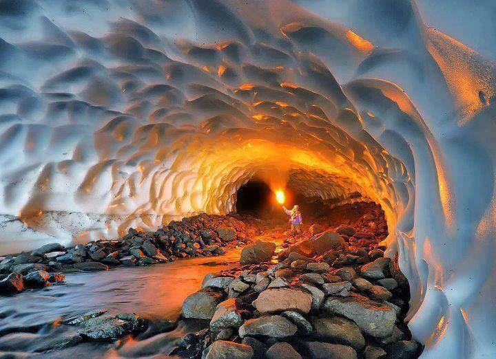Túnel de nieve cerca del Volcán Mutnovsky, Rusia
