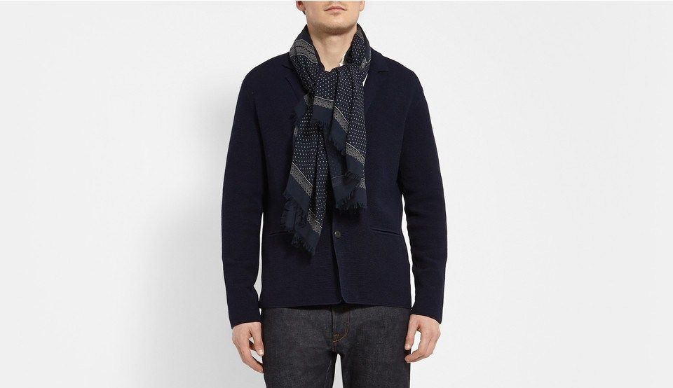Comment bien porter et nouer un foulard pour homme     Foulards ... 221be3c6799