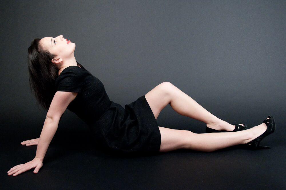 EXCLUSIF !  La petite robe noire Valérie Sauvage  Découvrez en exclusivité l'icône de la mode, la petite robe noire créée par Valérie Sauvage...  C'est l'indispensable à votre garde-robe et à vos soirée de fêtes de fin d'année !  Robe à petites manches, taille marquée, près du corps, pinces taille, zip côté. Doublée soie couleur rose pétale. 96% laine 4% lurex.