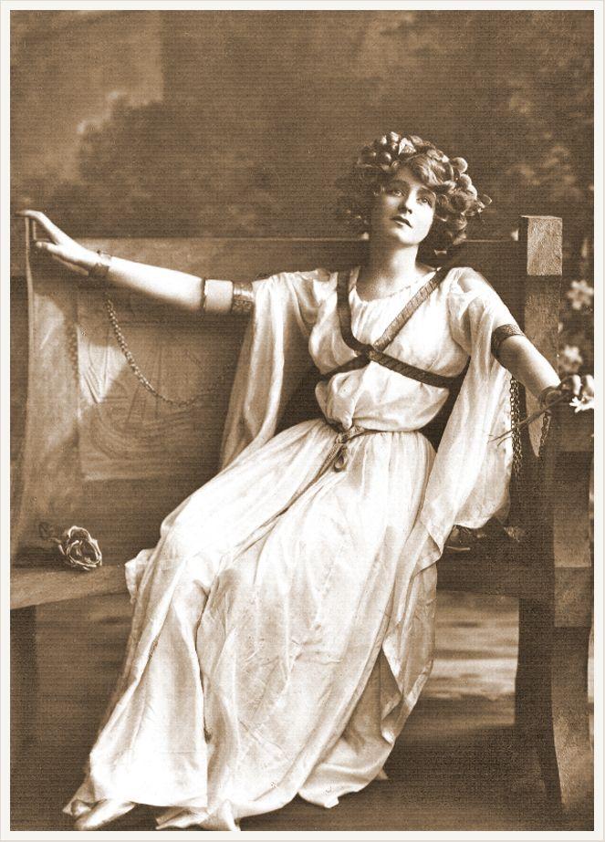 foto dama vintage sentada sepia