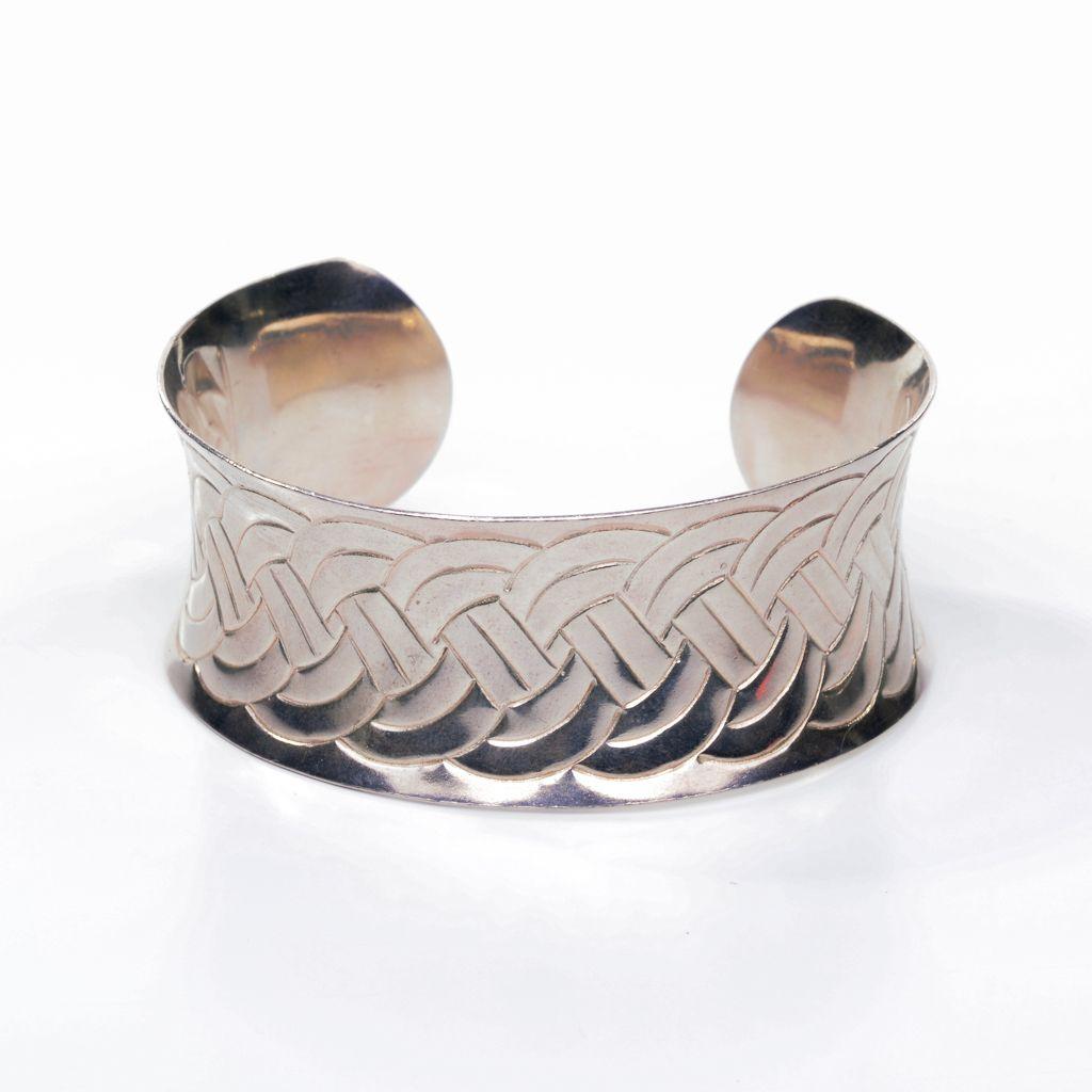 Bracelete de prata rodinado com detalhes em formato de trança.