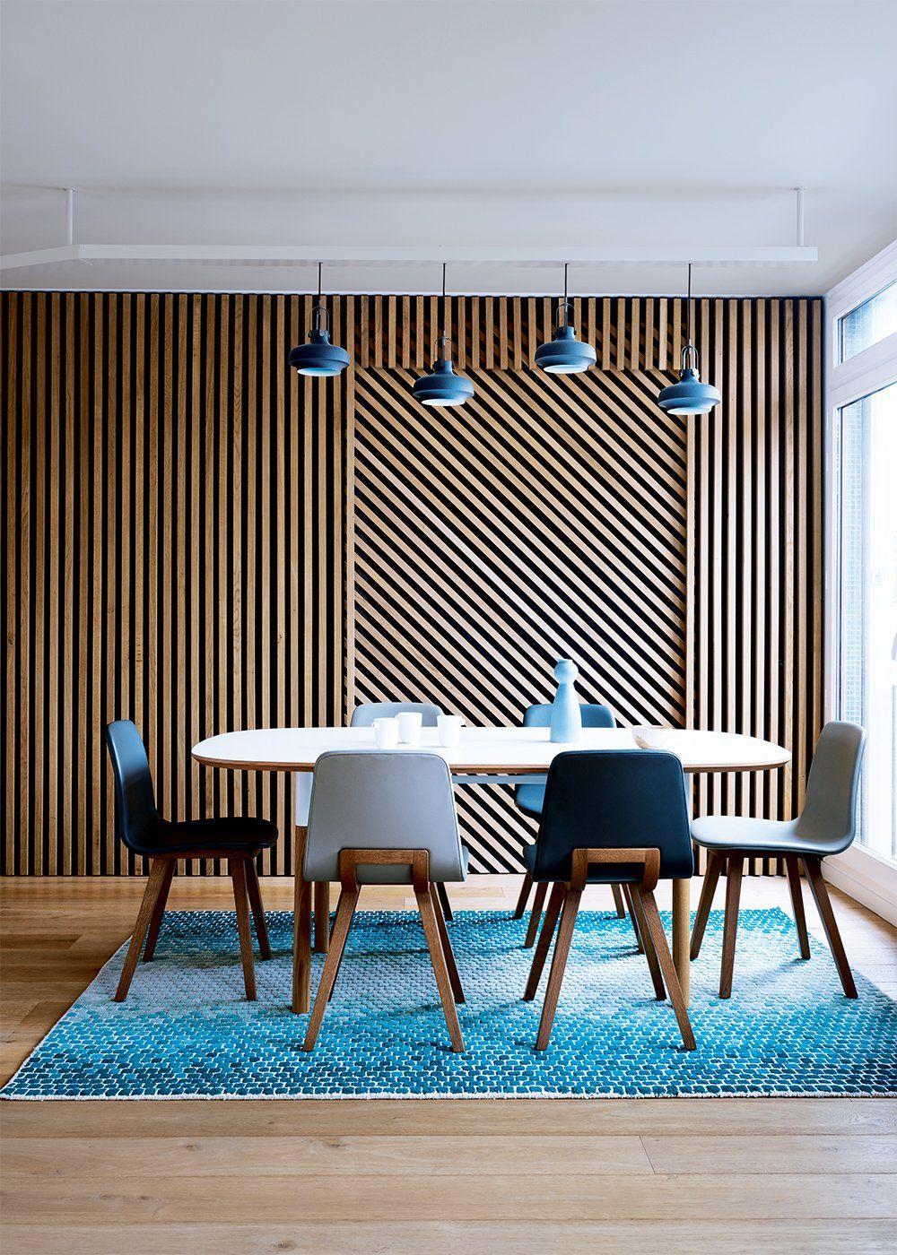 salle mnger blanche et bleue avec un mur en tasseaux en. Black Bedroom Furniture Sets. Home Design Ideas