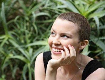 Kylie Minogue et ses cheveux courts ultra court, la