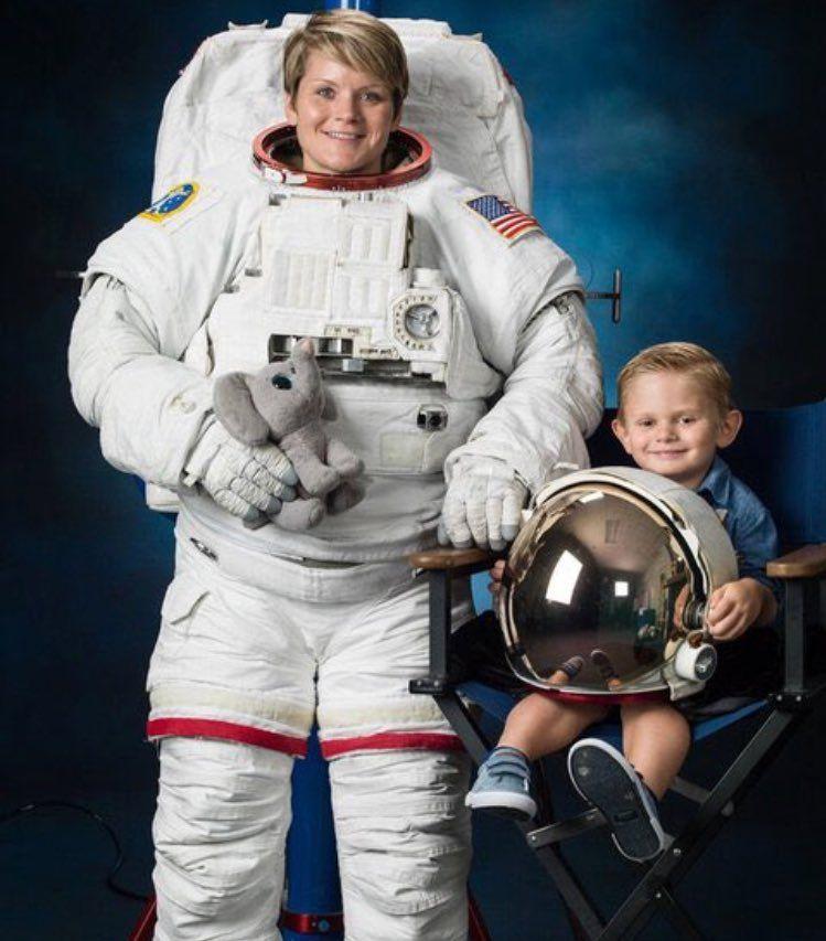 (4) Twitter Nasa astronauts, Nasa photos, Space suit