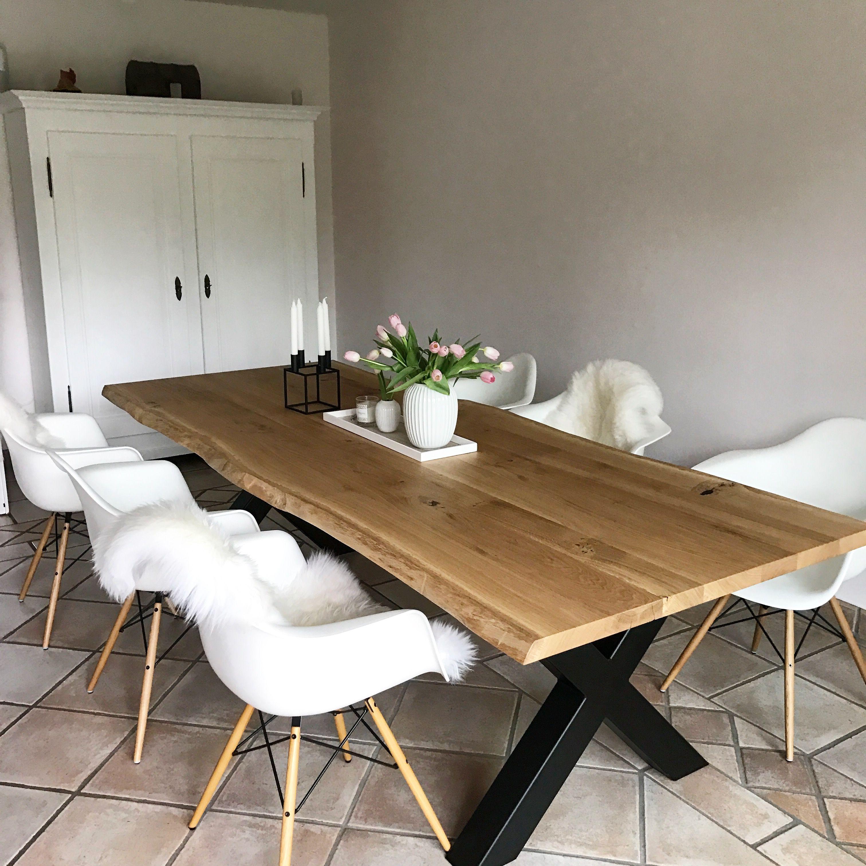 esstisch aus eichenholz mit nat rlicher baumkante. Black Bedroom Furniture Sets. Home Design Ideas