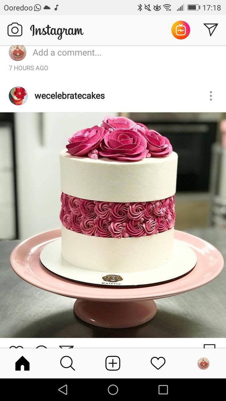 Coloque uma tira de rosetas no meio do bolo   - Torten -