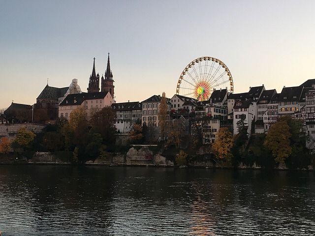 Basilea: paisaje magnífico con arquitectura en estilo gótico y románico #destinosturisticos #destinoturistico #destinosdeeuropa #arquitectura #architecture #destinosdiferentes #differentdestination #city #cityview #ciudad #viajes #vacaciones #vacaciones2017 #vacation #vacation2017 #basilea #suiza #suiza2017 #suiza🇨🇭 #baselcity #basel #switzerland #switzerland🇨🇭 #switzerlandtrip #suizalover #ciudadcultural #culturalcity #rin #rhineriver