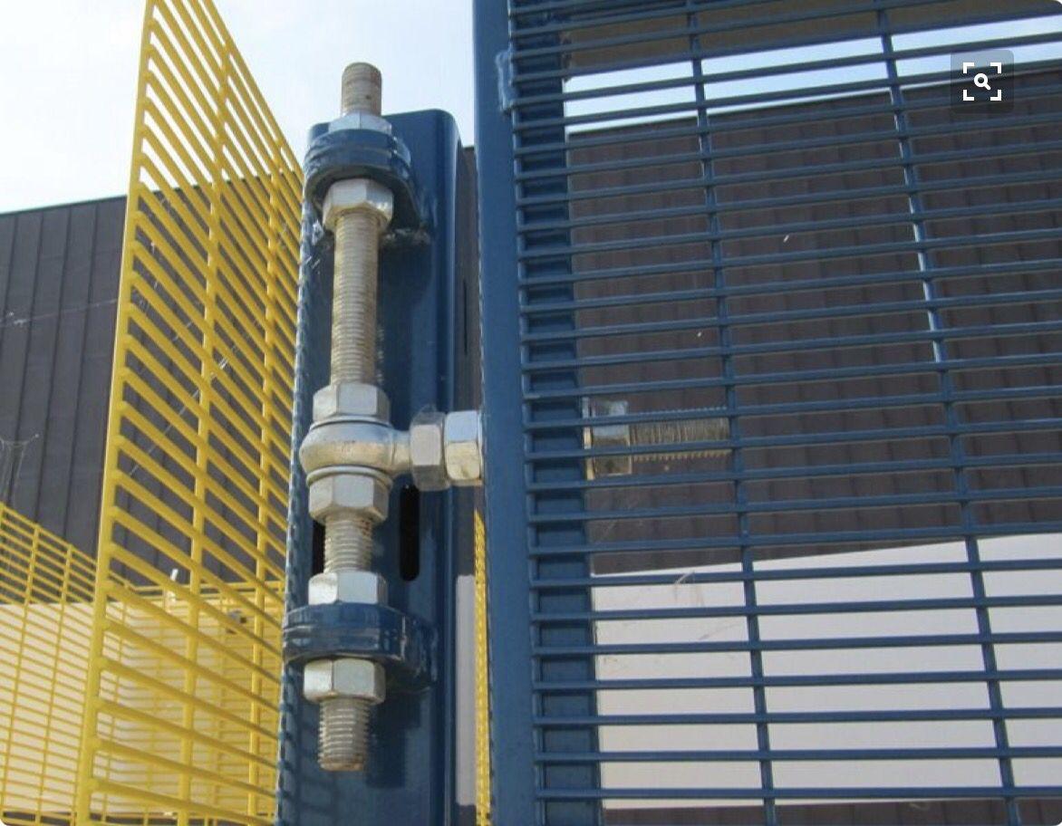 Vertically adjustable gate hinge