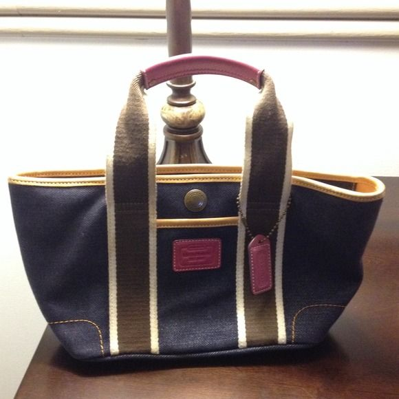 Authentic coach bag Great condition small bag. Match any outfit with this bag! Coach Bags