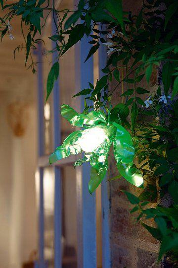 Lampe de jardin dans une bouteille en plastique découpée comme une fleur