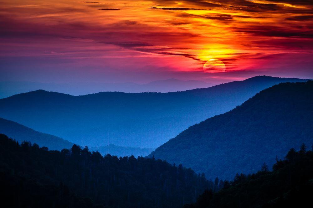 This Smoky Mountain Sunrise Is Mesmerizing Sunset Landscape Landscape Pictures Landscape