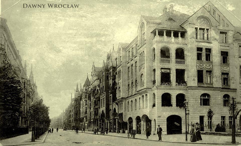 Dawne ujęcie skrzyżowania ulic: Powstańców Śl. i Wielkiej.Widok na ul. Wielką.  W kamienicy po prawej stronie mieścił się Urząd Pracy