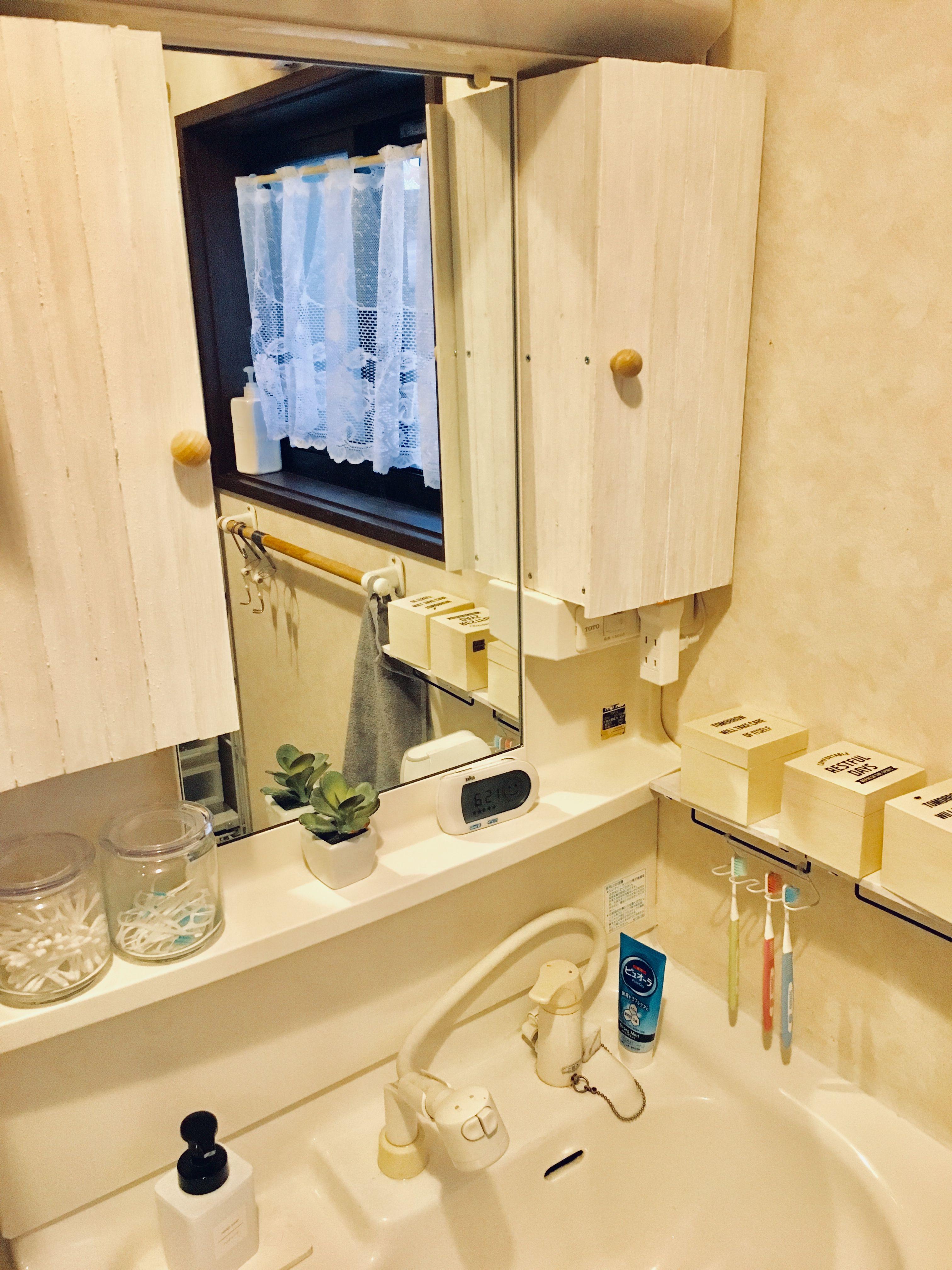 もともと鏡の両側は物を 隠したい ので 扉を つけました 洗面台