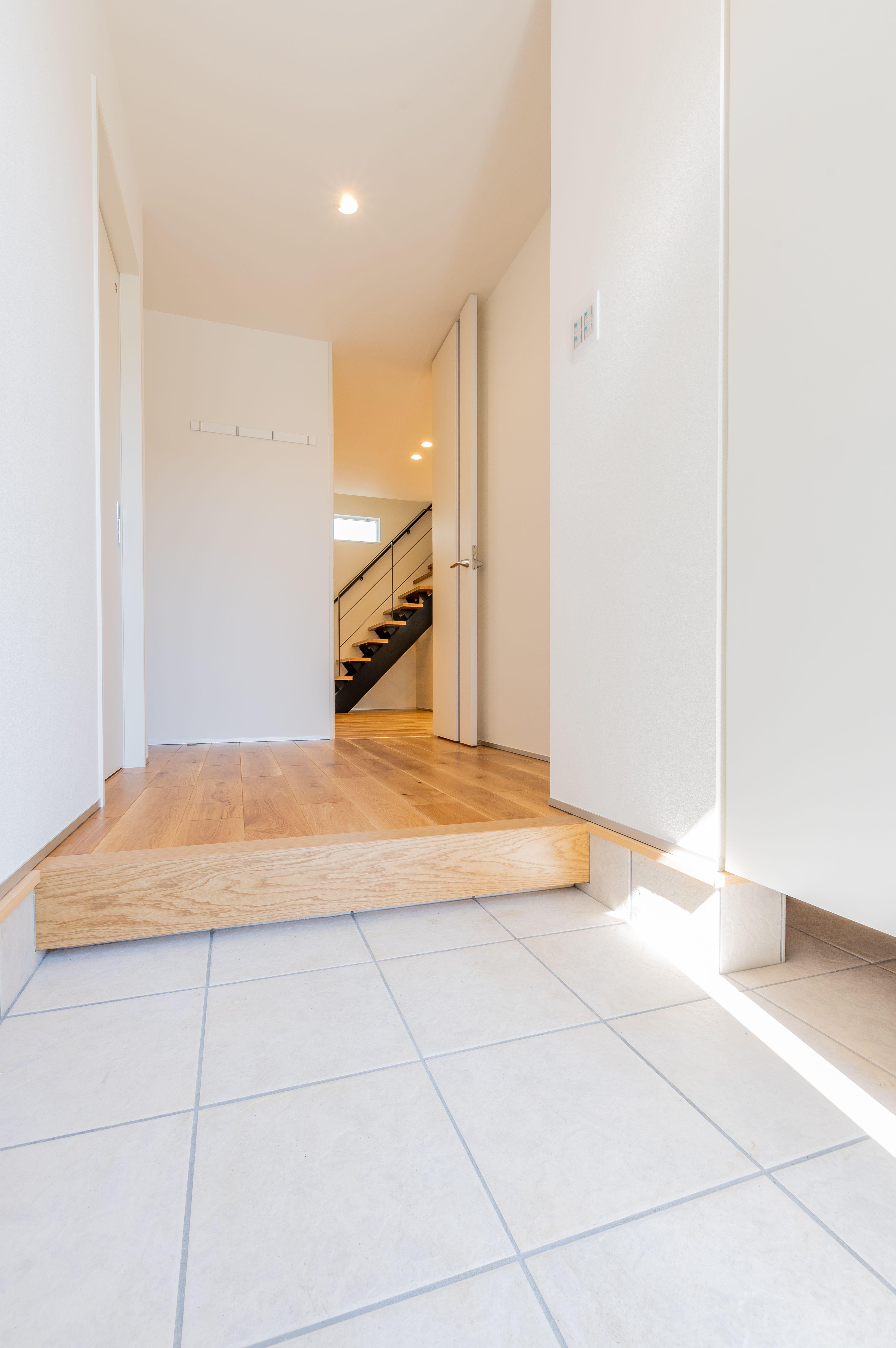 白で統一された玄関は 光が入り込むと明るい印象に ハイドアの