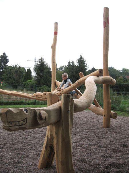 Der Drache zum Balancieren aus Robinie auf dem Spielplatz