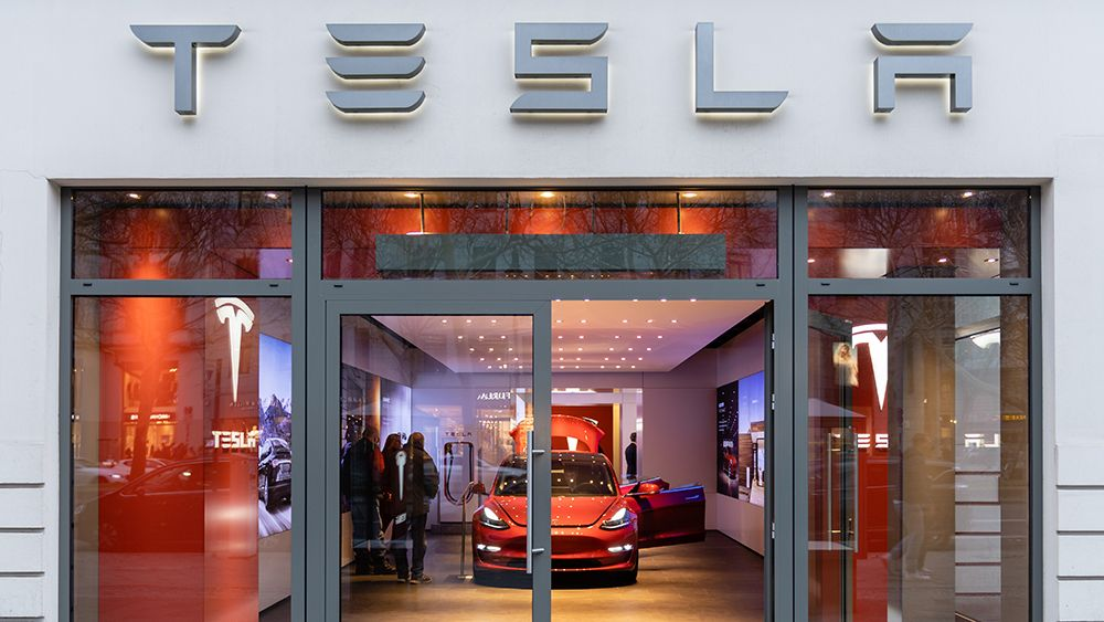 Icymi Tesla Ended Its Crazy Year By Shattering Its Own Sales Record Tesla Shatter Sale