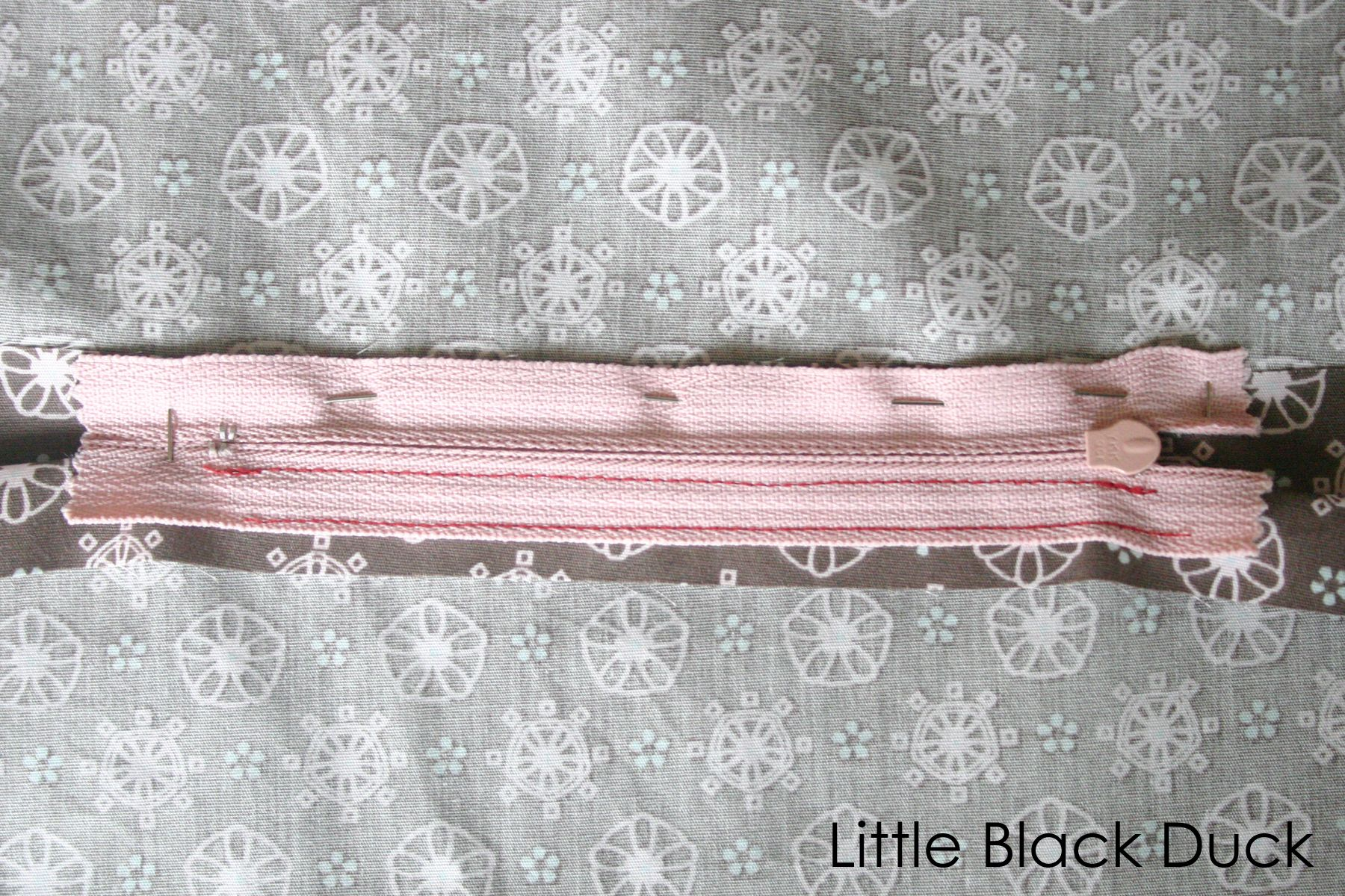 Free Tutorial Inset Lapped Zip for Cushions and Pillows