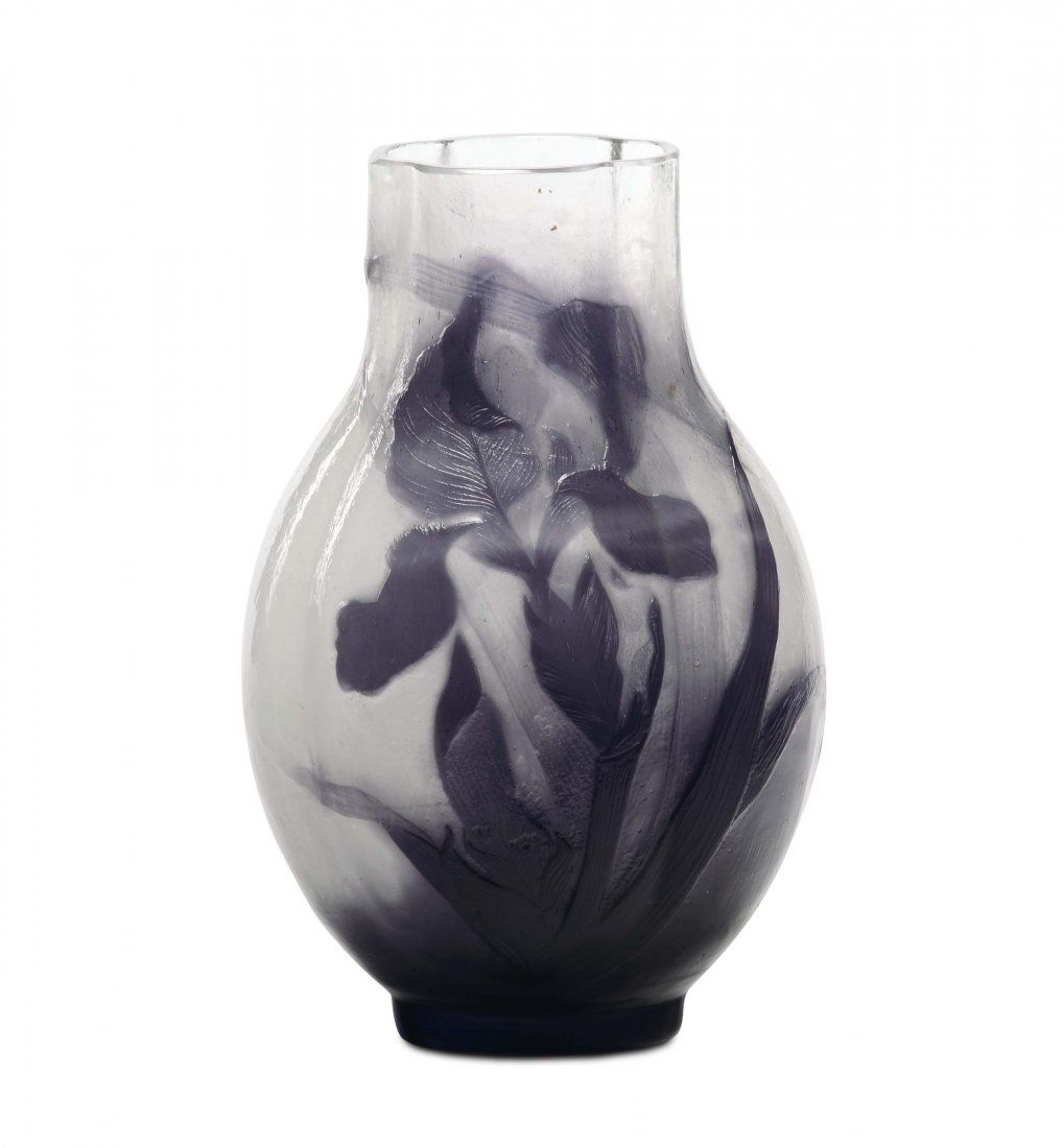 Émile Gallé Vase. Clear glass vase with inclusion of milk glass, dubbed in purple, cameo with engraved decoration of irises and polished to the grindstone. Under the bed, to spearhead: Galla © dà © © pose. Height 22 cm. about 1900