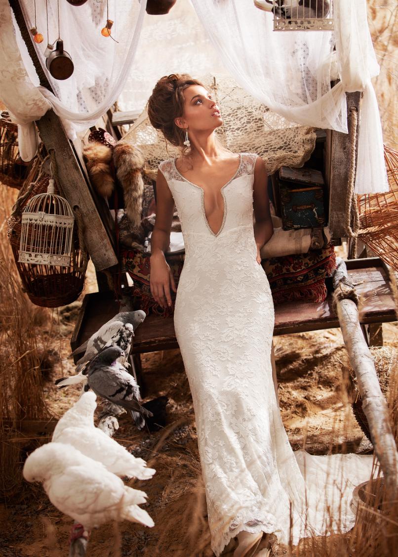 6bc82129369f Romantisk brudekjole med vintageblonder og et moderne twist. Vintage Lace  kollektionen forhandles af House of