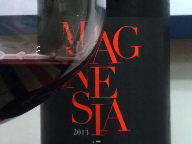 Já tomou vinho da Turquia? Este, além de turco, é feito com uma variedade de uva autenticamente turca: Öküzgözü.  Conheça o vinho, no blog: http://www.sobrevinhoseafins.com.br/2016/01/magnesia-okuzgozu-2013.html