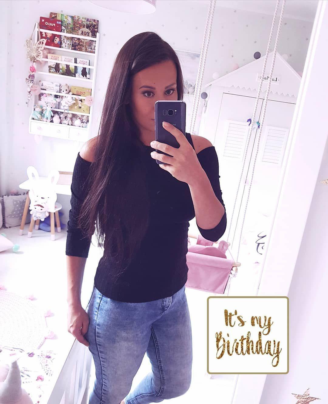 15.08. To już 32 lata  ale mogę śmiało powiedzieć że są to moje najpiękniejsze urodziny  Mam wspaniałego męża cudowną córeczkę i ukochanego syncia.  Dzisiaj śmigamy na wieś miejsce które kocham tak bardzo że chętnie bym tam zamieszkała a Wam życzę miłego dnia     #birthday #32lata #32urodziny #selfie #pociąży #postpartum #longhair #figura #odchudzanie #zrzucamykilogramy #momof2 #momoftwo #jeans #odchudzamsie #fit #fitgirl #odchudzaniepociazy #slimmingworld #fitnessmotivation #motywacja #ciąża201