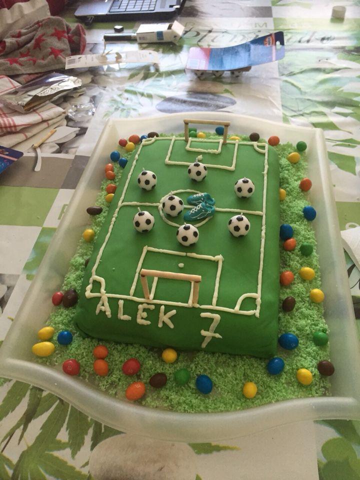 gâteau anniversaire terrain de foot | idee anniversaire enfant