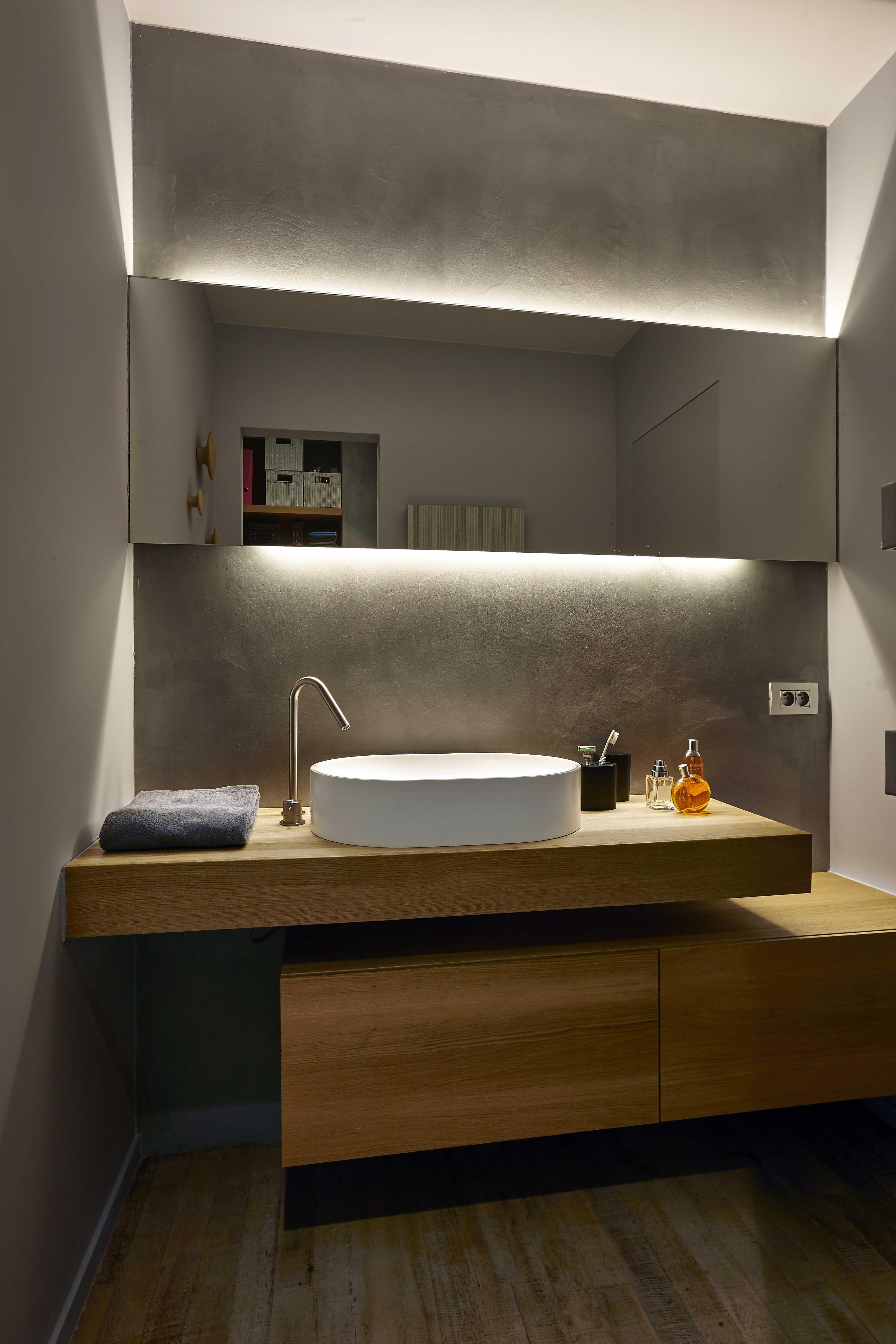 Salle de bains épurée avec lumières design dans une maison en ...
