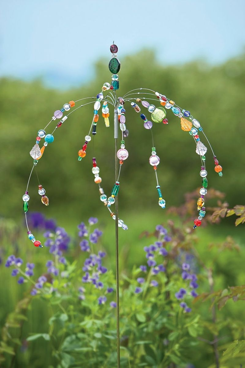 Für die Gartenstecker können Sie Draht und Perlen verwenden ...