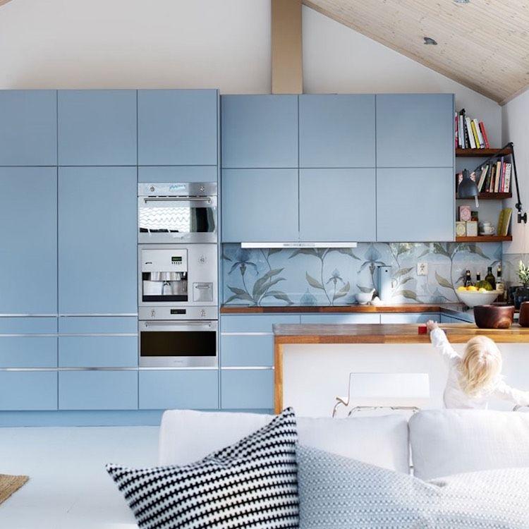 Einbauküche in hellblau mit Spritzschutz aus bedrucktem Glas ...