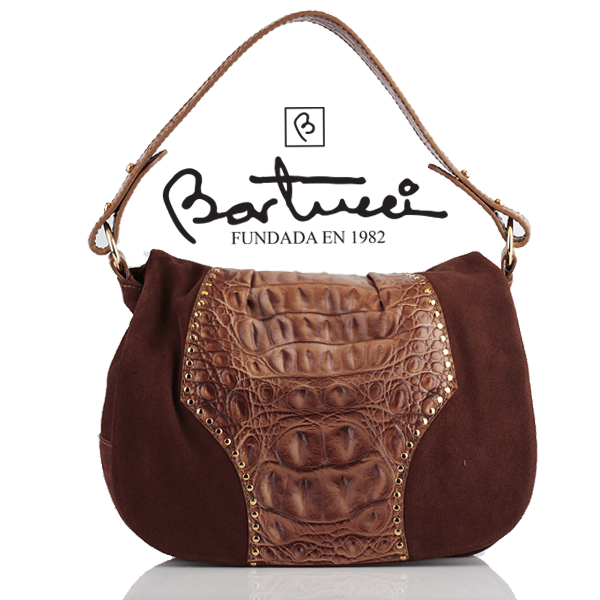 Piel en su máxima expresión. Encuentra en Bartucci esta cartera elaborada en combinación de ante y piel grabada croco. http://www.elretirobogota.com/esp/?dt_portfolio=bartucci