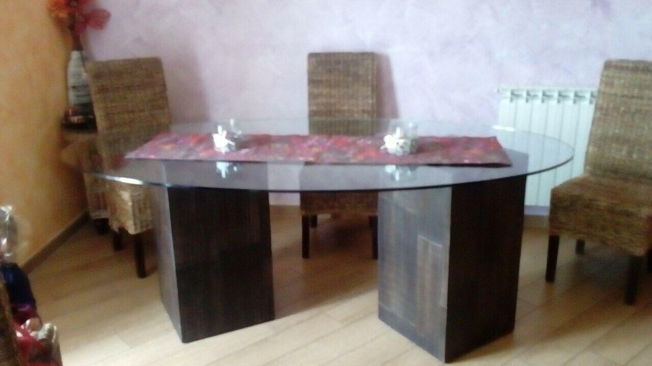 Tavolo da pranzo di vetro con pilastri in legno scuro ...