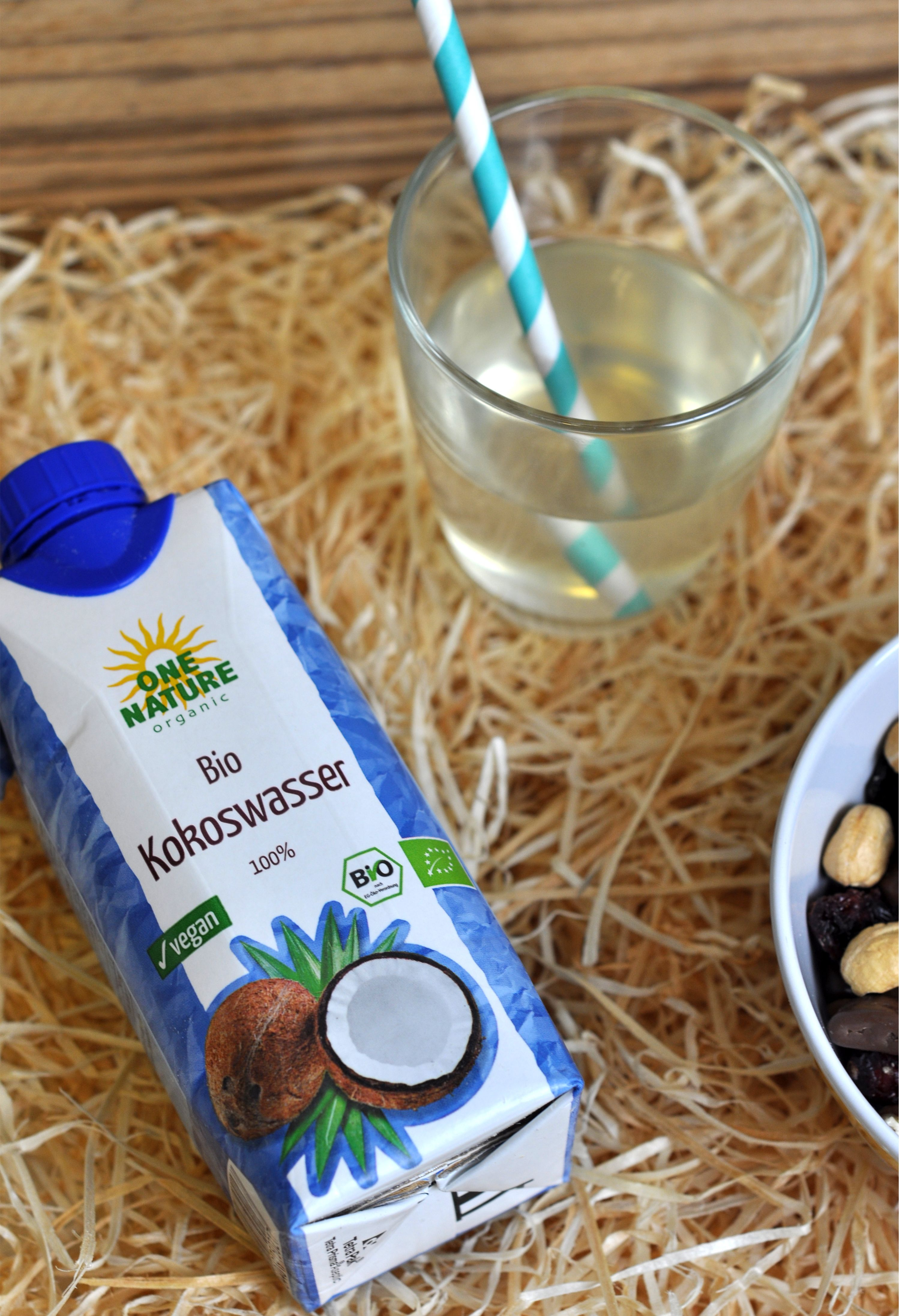 Für das Kokoswasser von ONE NATURE organic werden reife Kokosnüsse aus eigenem Anbau in Sri Lanka schonend verarbeitet – und das ganz ohne Zusatzstoffe. Das exotische Erfrischungsgetränk ist Bio-zertifiziert, natürlich und richtig lecker im Geschmack!