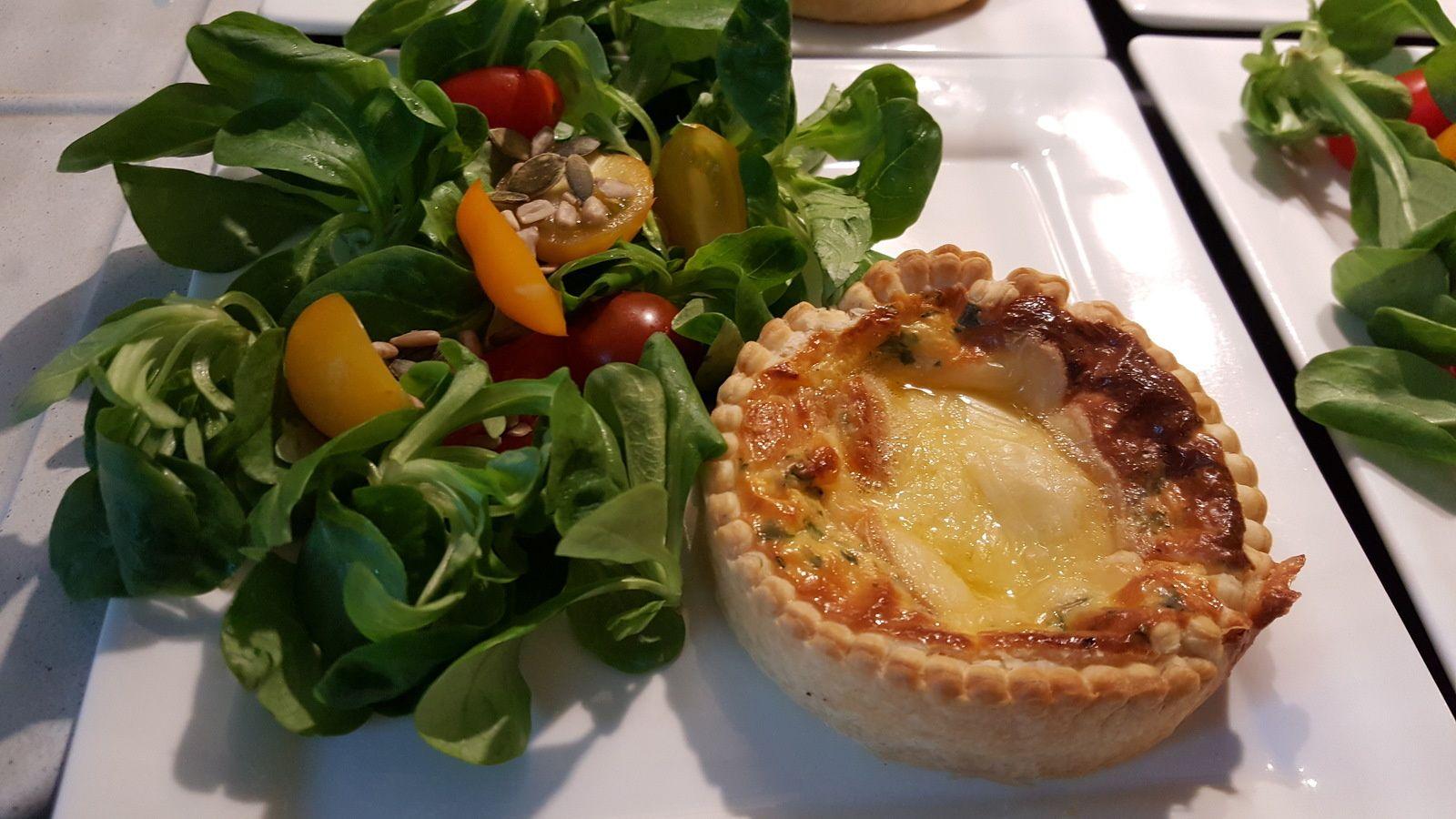 Comme j'ai ramené du fromage de mes vacances d'Auvergne, je travaille un peu le fromage en ce moment. Voici une délicieuse recette de quiche que j'ai accompagné de mâche, méli-mélo de tomates cerise et de graines croquantes. J'ai utilisé ici l'empreinte...