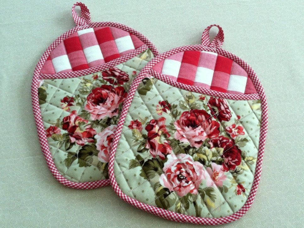 Free Patterns For Quilted Oven Mitts : Quilted Pot Holders, Hot Pads, Oven Mitts with Roses and Red Gingham, Bright and Cheery Kitchen ...