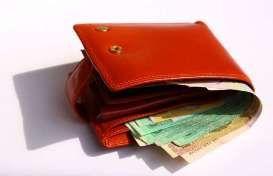 In quattro distraggono i negozianti e rubano il borsello dell'incasso