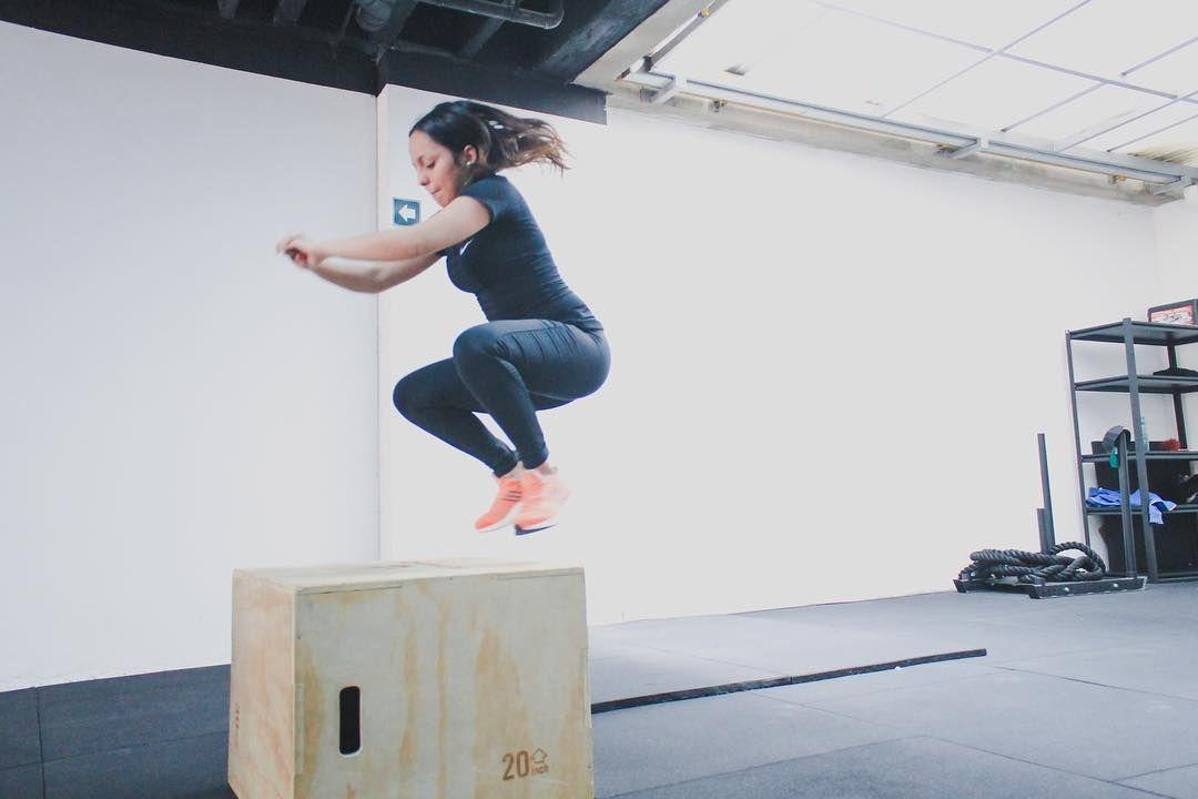 María Juliana en su primera clase y haciendo su primer box jump!