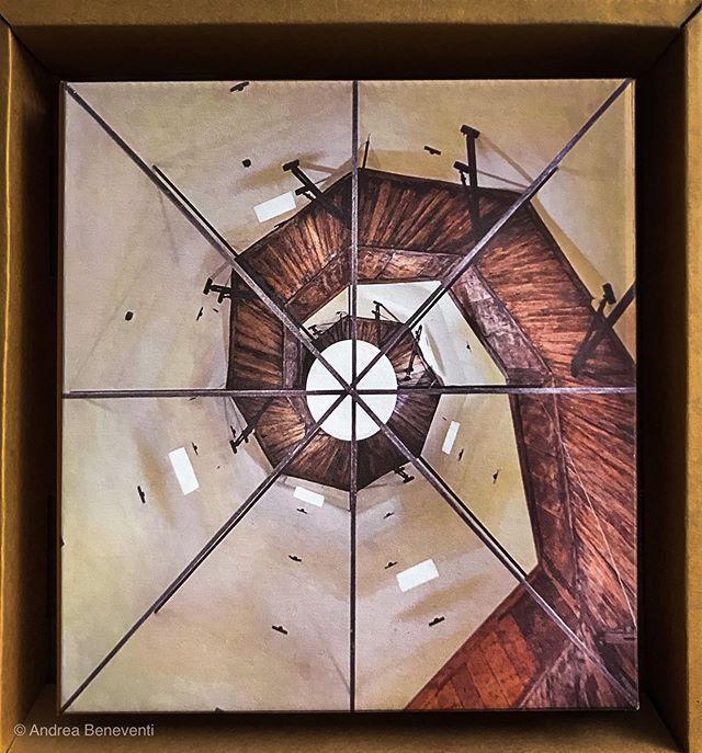 La scala a spirale - purtroppo inaccessibile - che porta alla cuspide della #ghirlandinamodena #ghirlandinatower #unescoworldheritagesite .. magari un giorno riuscirò a vederla dal vivo intanto questa è una foto di una foto di qualcuno che ha avuto accesso alla parte alta della torre.. geometria ipnotica #sezioneaurea  #vsco #lightroommobile #enlightapp #olloclip #ShotWithHalide #enlightquickshot #4pnts #doyouskrwt #mocu #modena_dintorni #ferraripavarottiland #igmodena #iphoneps #iphonography #magariungiorno
